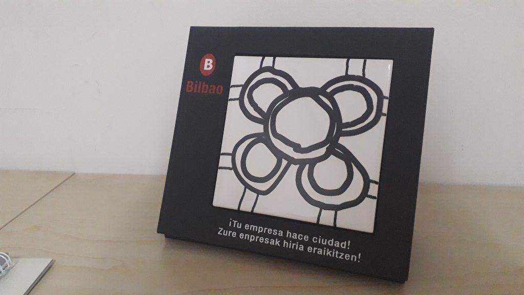 Imágen del premio recibido, la baldosa de Bilbao.